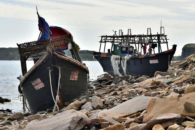 Рыболовецкие шхуны, выброшенные штормом к берегу острова Русский, 10 сентября 2019 года