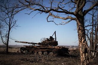 Сгоревшая бронетехника в окрестностях Дебальцево