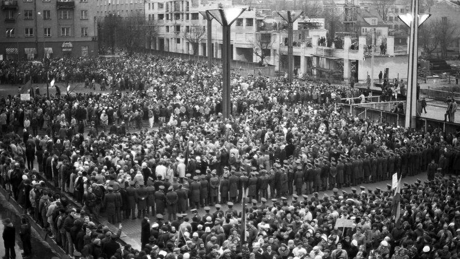 Кордон литовской полиции, который разделяет митингующих у Верховного Совета Литвы в Вильнюсе, 12 января 1991 года