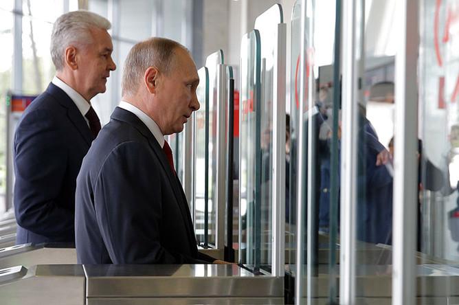 Президент России Владимир Путин и мэр Москвы Сергей Собянин (справа налево) на открытии станции «Лужники» Московского центрального кольца (МЦК)