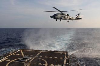 Вертолет ВМФ США MH-60S Seahawk и USS Pinckney в Сиамском заливе, март 2014 года