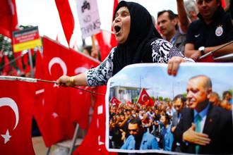 Сторонники президента Турции Тайипа Эрдогана с турецкими флагами на мероприятии в Кельне, Германия, июль 2016 года