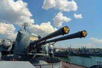 Одно из корабельных орудий гвардейского ракетного крейсера «Москва» в порту Севастополя