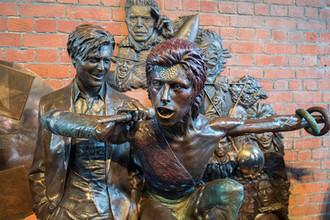 Памятник Дэвиду Боуи после открытия в британском Эйлсбери, 25 марта 2018 года