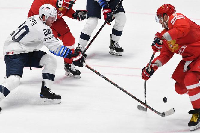 Игрок сборной США Райан Сутер (слева) и игрок сборной России Александр Овечкин в матче 1/4 финала чемпионата мира по хоккею между сборными командами России и США, 23 мая 2019 года