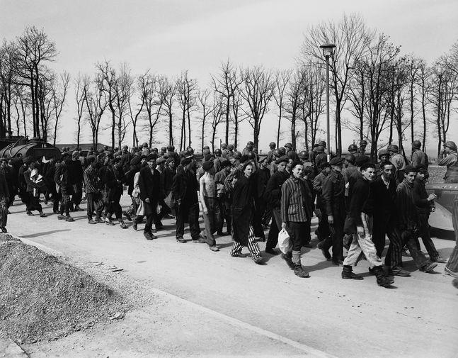 Освобожденные узники концлагеря Бухенвальд по дороге в американский госпиталь, 19 апреля 1945 года