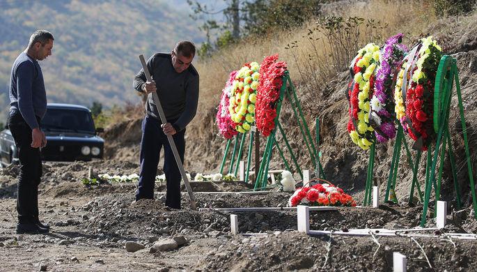 Новые могилы на городском кладбище в Степанакерте, октябрь 2020 года