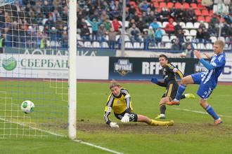 Зоран Тошич отправляет второй мяч в ворота «Волги»
