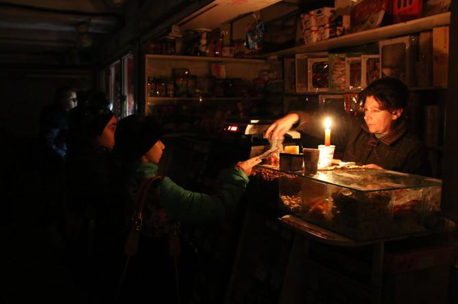 Жители оплачивают покупку в магазине с отключенным электричеством