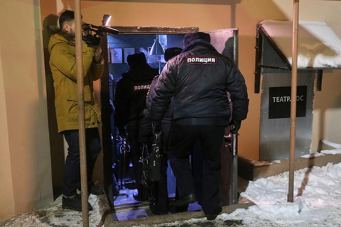Сотрудники полиции у входа в «Театр.doc», где должны были показывать фильм в поддержку украинского кинорежиссера О.Сенцова