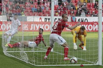Спартаковцы бессильно наблюдают за тем, как в их ворота влетает второй мяч