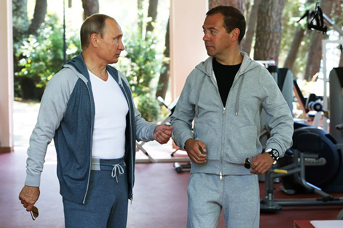 Президент РФ Владимир Путин и премьер-министр РФ Дмитрий Медведев в тренажерном зале резиденции «Бочаров Ручей»