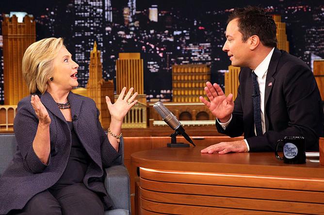 Кандидат в президенты США от Демократической партии Хиллари Клинтон и телеведущий Джимми Фэллон во время съемок программы The Tonight Show