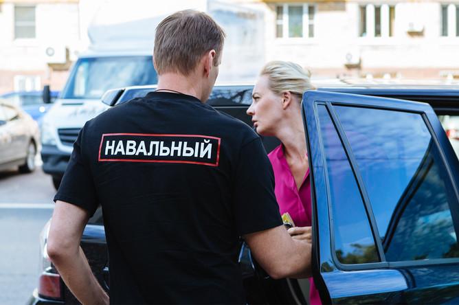 Политик Алексей Навальный и его супруга Юлия перед заседанием Симоновского районного суда Москвы, 3 августа 2017 года