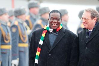 Президент Зимбабве Эммерсон Мнангагва с замминистра иностранных дел России Михаилом Богдановым время встречи в аэропорту в Москве, 14 января 2019 года
