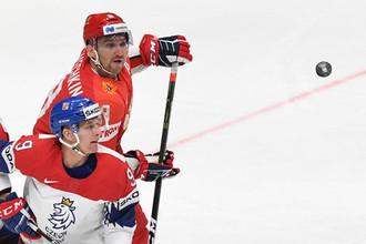 Александр Овечкин (на заднем плане) против чешского хоккеиста Давида Скленички