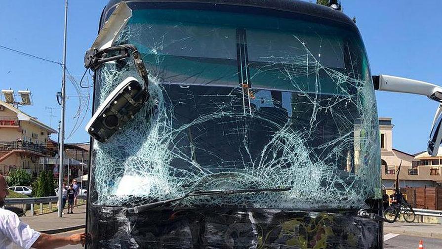 Появилось видео с места аварии туристических автобусов в Сочи