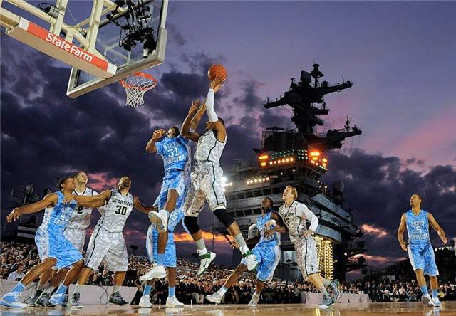 Матч студенческой лиги США (NCAA) по баскетболу на авианосце «Карл Винсон»