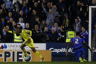 Дидье Дрогба празднует свой третий гол в трех последних матчах
