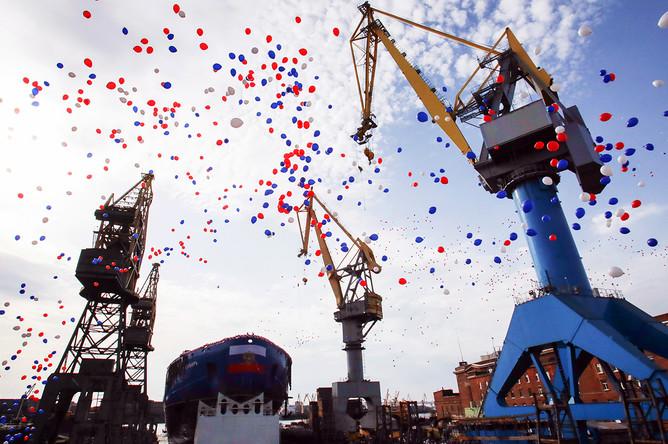 Церемония спуска на воду корпуса первого серийного универсального атомного ледокола ЛК-60Я «Сибирь» на Балтийском заводе в Санкт-Петербурге, 22 сентября 2017 года