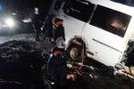 Спасатели наместе столкновения грузового автомобиля и пассажирского микроавтобуса вКилемарском районе республики Марий Эл, 16 ноября 2017 года