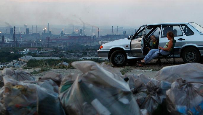 Местные жители встречают рассвет в одном из районов Магнитогорска, Южный Урал, 2012 год