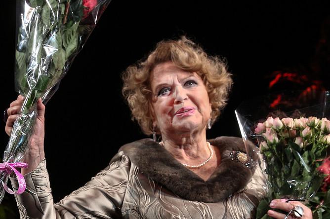 Актриса Валентина Талызина на церемонии чествования в честь 80-летнего юбилея на сцене театра им. Моссовета, 2015 год