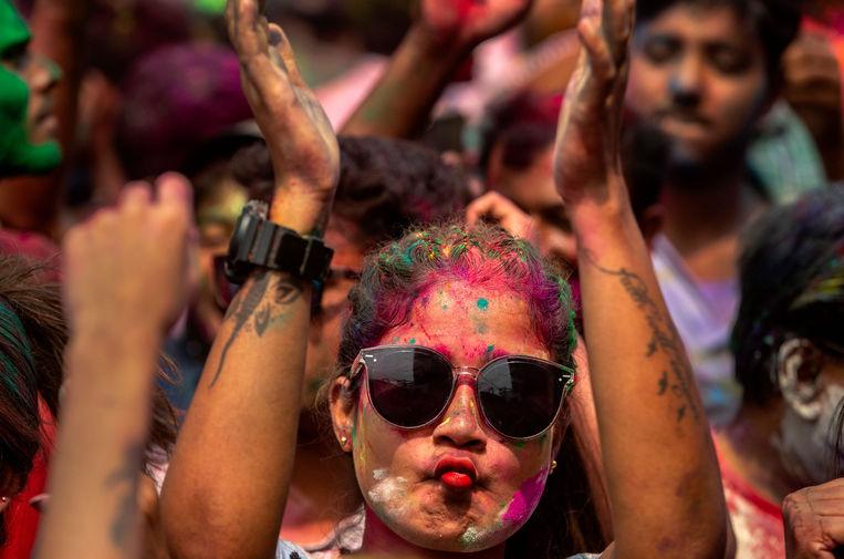 Участница фестиваля Холи в Праяградже, Индия, 29 марта 2021 года