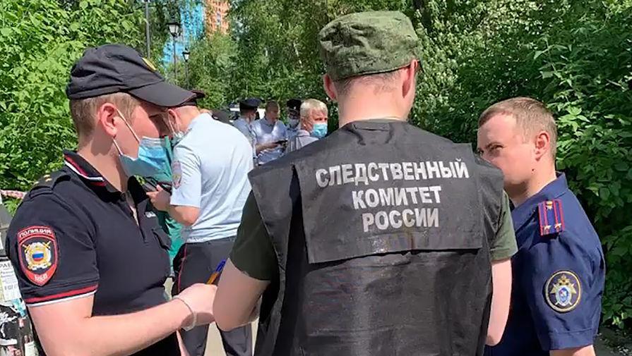 Сотрудники полиции и следственного комитета РФ во время работы в парке возле железнодорожного вокзала, где убили трех человек, 17 мая 2021 года