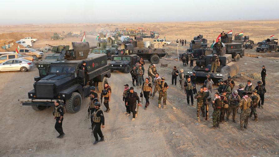 Вооруженные отряды иракских курдов (пешмерга) на севере от Мосула перед наступлением на позиции ИГ