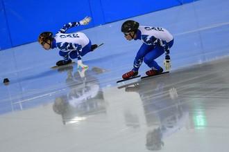 Спортсмены сборной России по шорт-треку Семен Елистратов и Павел Ситников (справа)