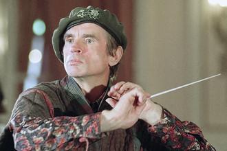 Рудольф Нуреев пробует себя в роли дирижера на концерте Лиги против рака в Довилле. Франция, 6 сентября 1991 года