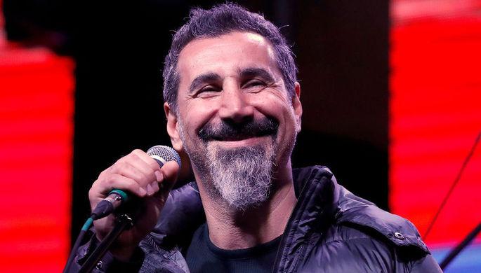 Американский музыкант Серж Танкян во время митинга на площади Республики в Ереване, 7 мая 2018 года