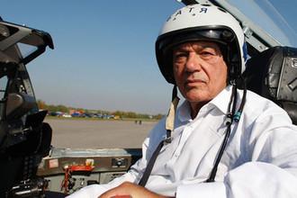 Телеведущий Владимир Познер во время съемок одного из роликов новой телевизионной промо-кампании под названием «Команда Первого – асы эфира! Есть только МИГ…» на базе летно-испытательного центра корпорации «МиГ» в подмосковных Луховицах, 2007 год