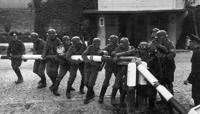 Немцы уничтожают польско-данцигскую границу в районе Сопота. 1 сентября 1939 года