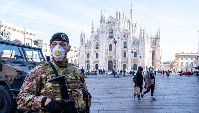Итальянский военнослужащий на площади у у Кафедрального собора в Милане, 24 февраля 2020 года