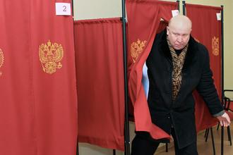 Губернатор Нижегородской области Валерий Шанцев на избирательном участке во время выборов депутатов заксобрания региона, 2011 год