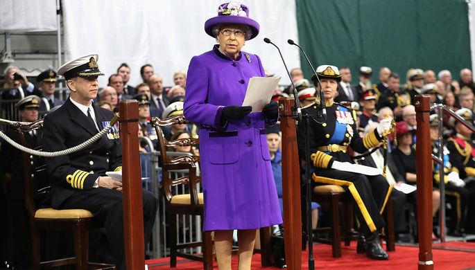 Королева Елизавета II на церемонии введения в состав флота авианосца «Королева...