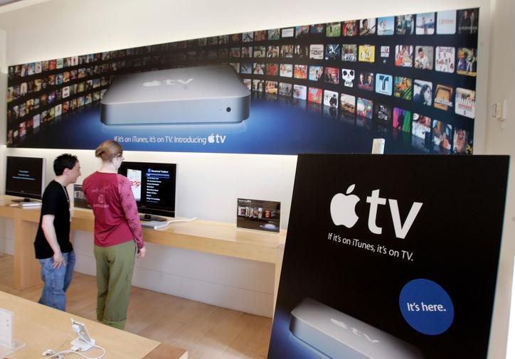 <b>Apple TV (2007)</b><br><br> В надежде доставить iTunes в каждую гостиную в 2007 году Apple представила Apple TV — приставку, подключающуюся к телевизору пользователя. Этот продукт все еще выпускается компанией, но имеет более современные функции, нежели самая первая модель — в частности, в 2017 году миру была представлена Apple TV 4K с поддержкой видео в формате 4К. На фото реклама приставки в фирменном магазине компании в Пало-Алто в 2007 году