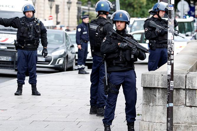 Французская полиция около собора Нотр-Дам в центре Париже, где неизвестный напал на правоохранителей с молотком