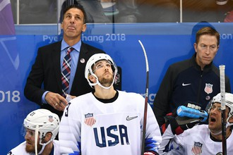 Игроки сборной США и ассистент главного тренера Крис Челиос (слева на втором плане)