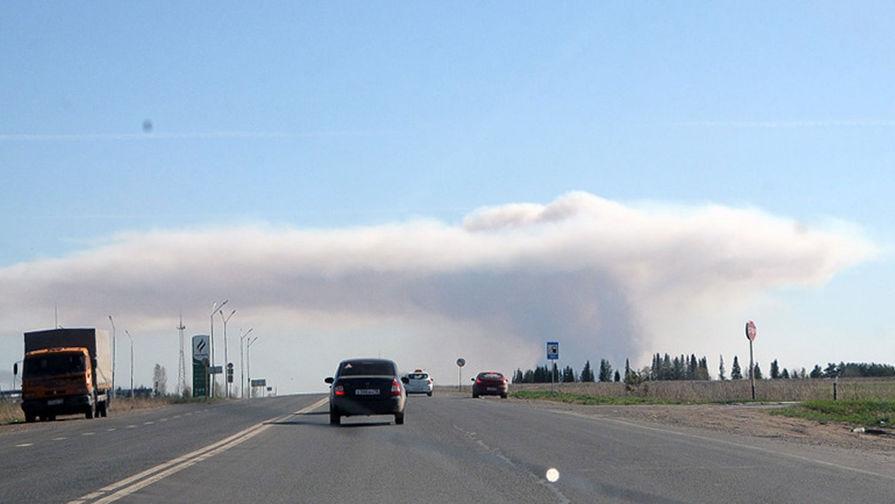 Облако дыма над территорией бывшего военного арсенала в поселке Пугачево в Удмуртии в результате пожара, 16 мая 2018 года