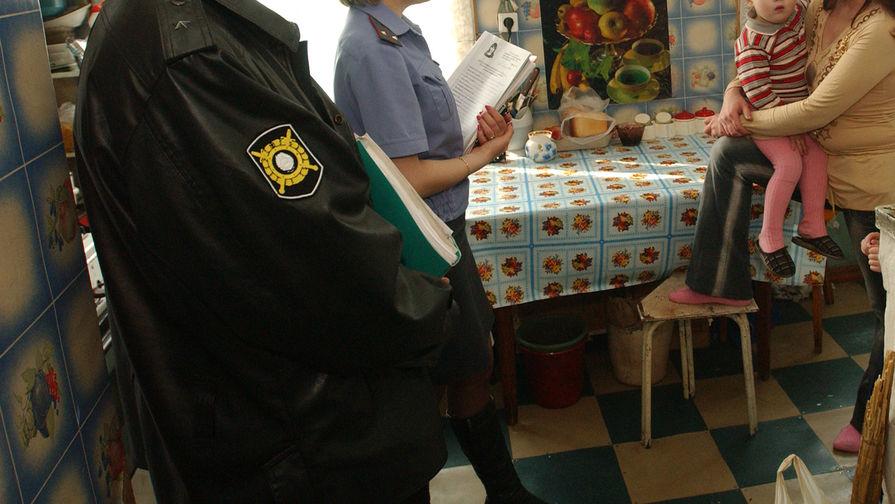 Оставленных без присмотра в квартире в Москве детей передадут в приют