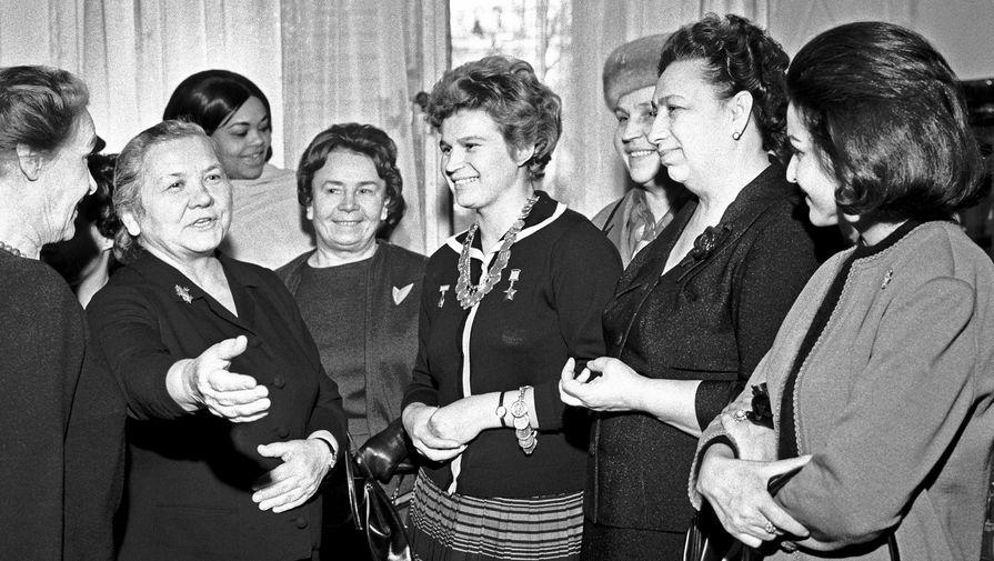Валентина Терешкова (в центре), жена первого секретаря ЦК КПСС Никиты Хрущева Нина Петровна (вторая слева), жена председателя президиума Верховного Совета СССР Леонида Брежнева Виктория Петровна (вторая справа) на приеме в Кремле, 1964 год