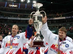 Игроки магнитогорского «Металлурга» с Кубком европейских чемпионов в Санкт-Петербурге. Январь 2008 года