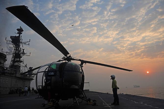 Индийский вертолет Chetak на палубе авианосца Viraat