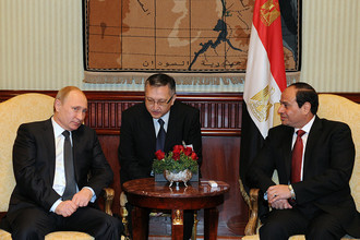 Президент России Владимир Путин и президент Египта Абдель Фаттах ас-Cиси во время рабочей встречи в аэропорту Каира
