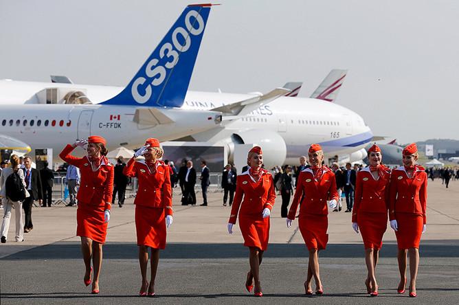 Экипаж компании «Аэрофлот» во время фотосессии на авиашоу в Ле-Бурже