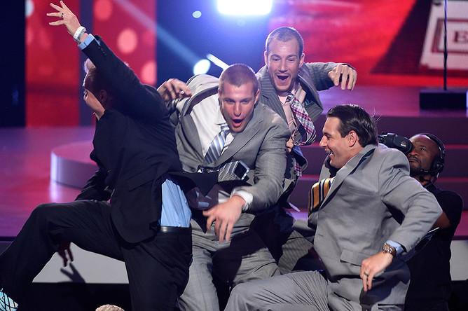 Игрок NFL Роб Гронковски принимает награду за лучшее возвращение спортсмена вместе со своими братьями, агентом НФЛ Крисом Гронковским и бывшим игроком NFL Дэном Гронковским на церемонии ESPY Awards