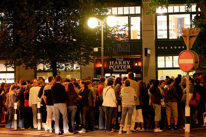 Поттероманы ожидают открытия книжного магазина в надежде купить последнюю книгу о Гарри Поттере, 2007 год